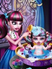 Bañando a la Bebé Monster